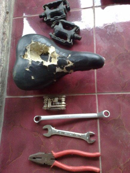 Kunci pas, toolkit sepeda, sadel yang rusak, pedal yang rusak